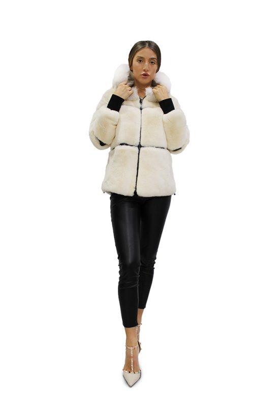Късо дамско яке от естествен косъм от заек Рекс и качулка обкантена с естествен косъм от лисица