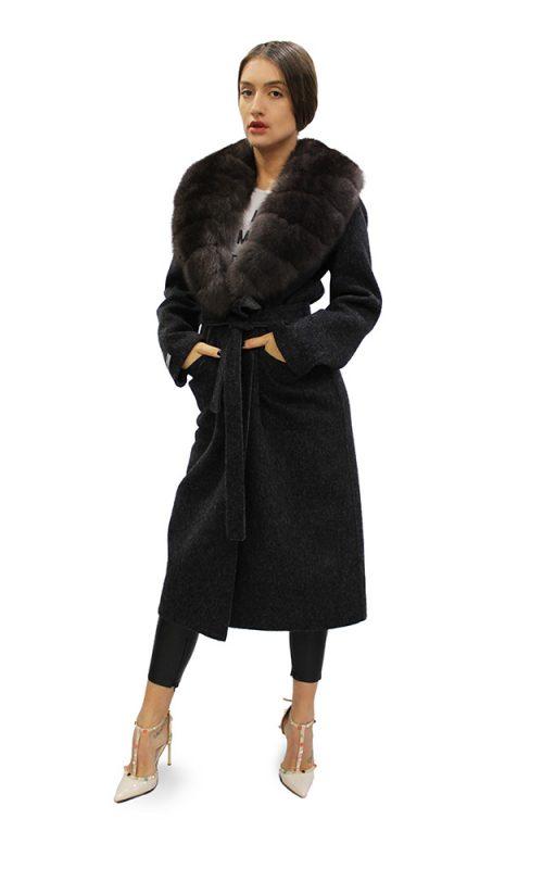 Дълго дамско палто от вълна тип халат с яка от естествен косъм от лисица в черен цвят