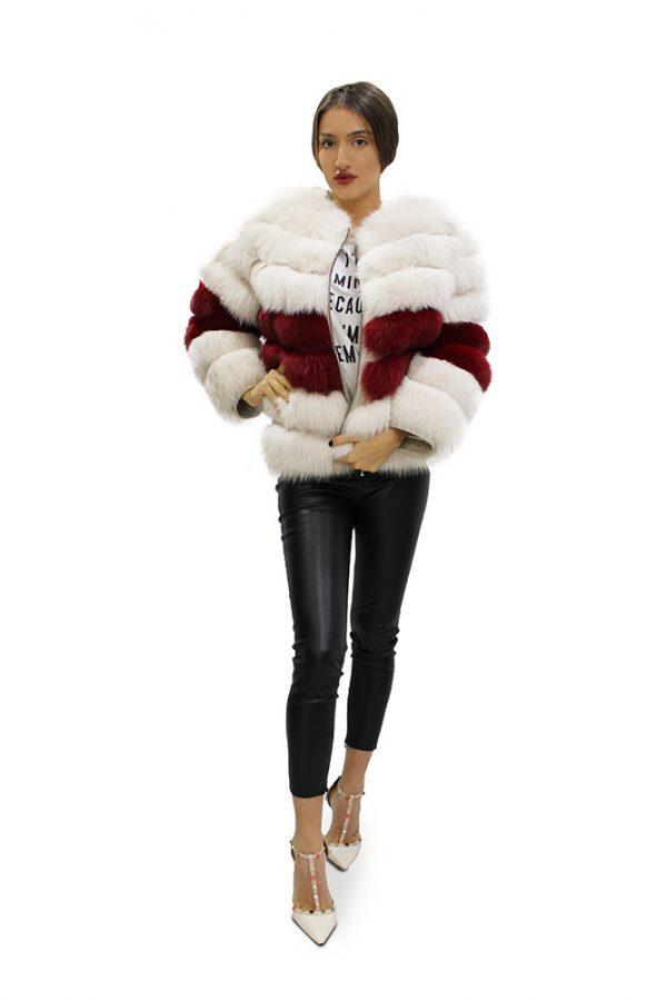Късо дамско палто с дълги ръкави в бяло с акценти бордо от естествен косъм от лисица