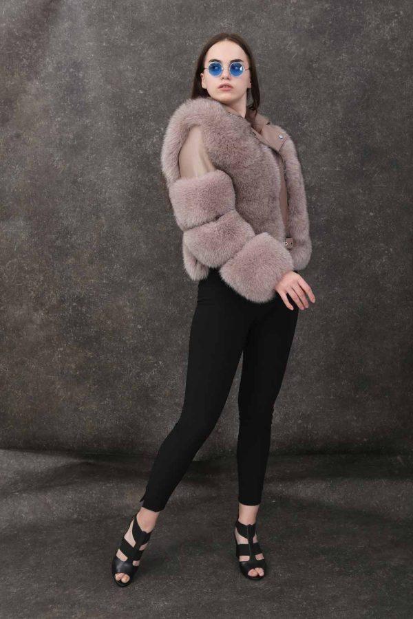 Късо кожено яке с естествн косъм от лисица в бежов цвят, дълги ръкави и ефектна яка