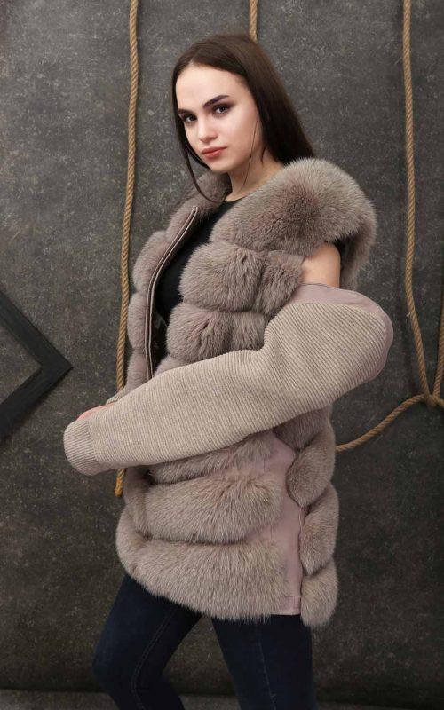 Елек от естествен косъм от лисица в млечно сиво с права кройка, хоризонтални шевове и свалящи се ръкави от плат