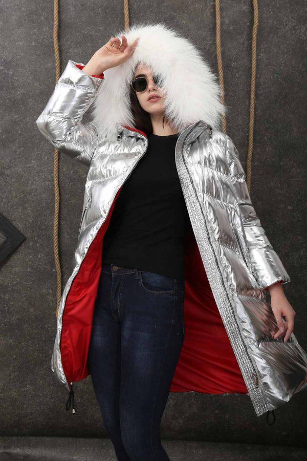 Дълго сребристо яке от непромокаема материя с права кройка и качулка обкантена с естествен косъм от бяла лисица
