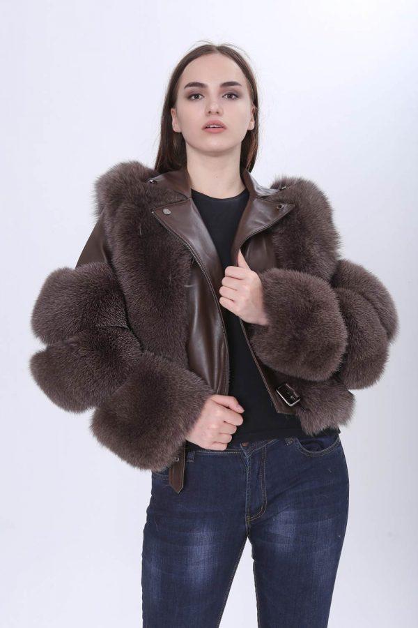 Късо спортно-елегантно кожено яке с естествен косъм от лисица в кафяв цвят