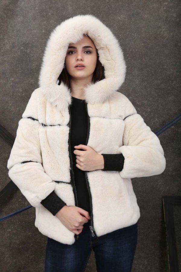 Късо спортно-елегантно палто от естествен косъм от рекс в цвят екру