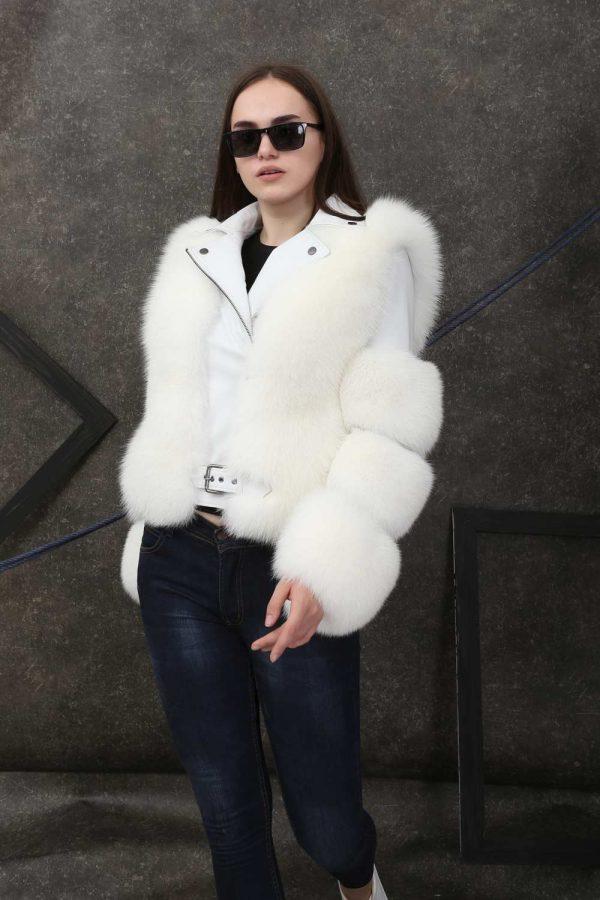 Късо спортно-елегантно кожено яке с естествен косъм от лисица в снежно бял цвят