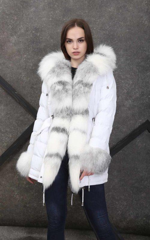 Дълга спортно-елегантна парка в снежно бял цвят с качулка от богат естествен косъм от лисица